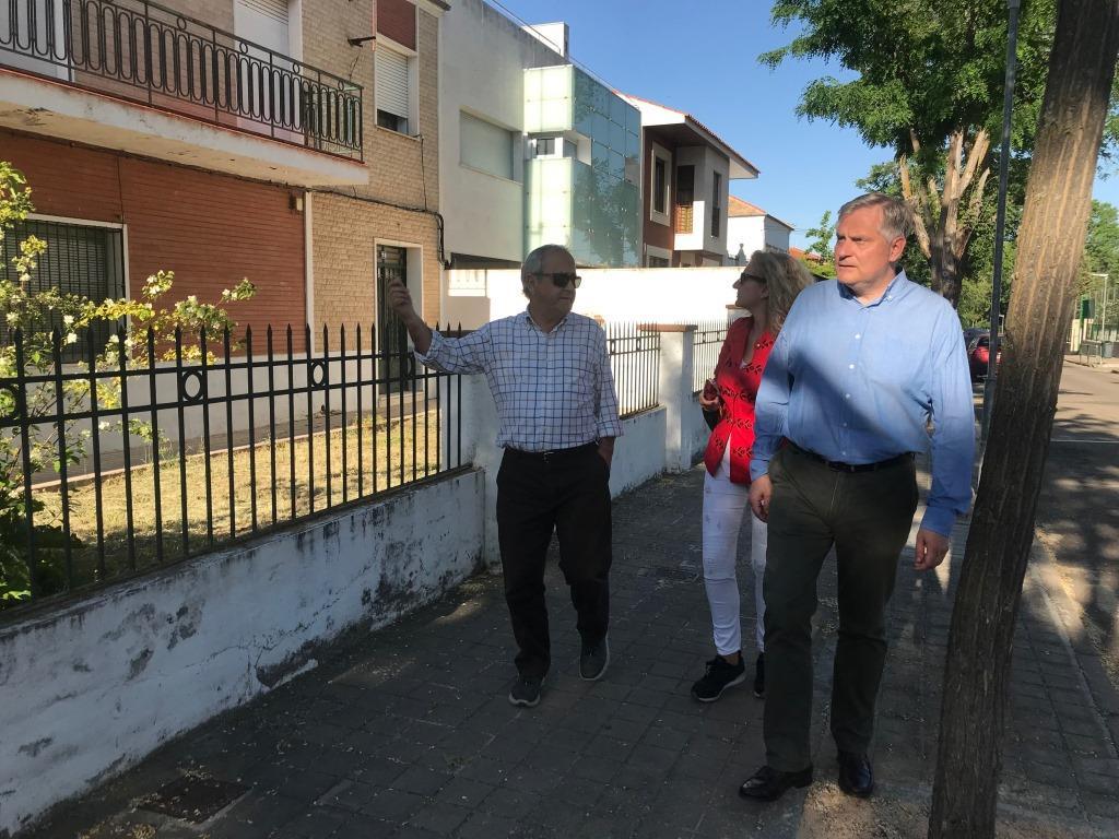 Cañizares_comprueba_el_estado_de_las_calles_y_el_acerado_del_barrio_de_Ciudad_Jardín